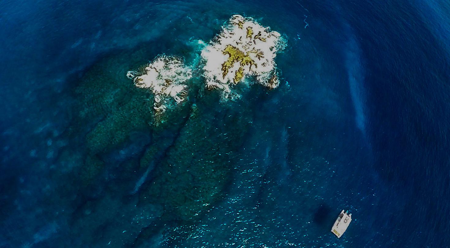 Vista aérea de Pedras Secas, um dos pontos de mergulho mais cobiçados de Noronha (foto: All Angle/Alice Grossman)