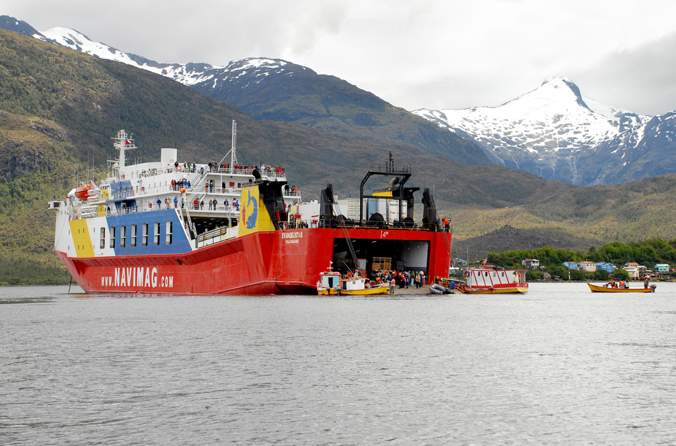 Vista do ferry Evangelistas, embarcação que percorre os fiordes chilenos (foto: Navimag/Divulgação)
