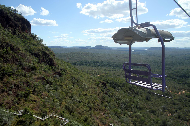O acesso até o ponto mais alto do complexo pode ser por trilha (abaixo, à direita) ou por um teleférico (foto: Eduardo Vessoni)